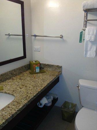 Park Shore Waikiki: Bathroom amenities