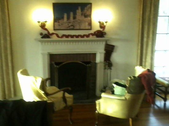 Poetry Ridge Bed and Breakfast: Fireplace seating area