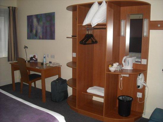 Premier Inn Sheffield City Centre (St Mary's Gate) Hotel: Armadio e scrivania