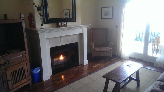 McMillin Suites at Roche Harbor Resort: fireplace