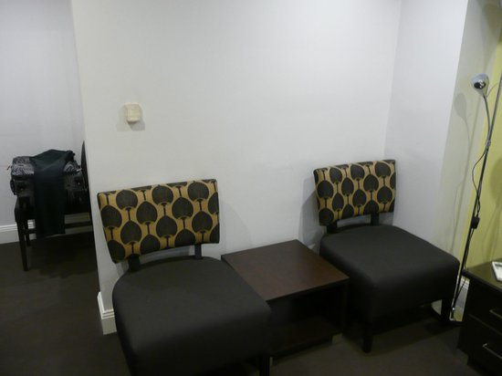 Hyde Park Inn: Unnecessary armchairs