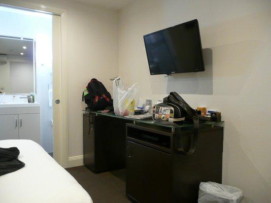Hyde Park Inn: TV and desk