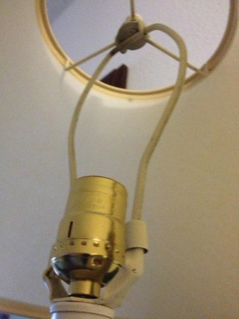 Red Roof Inn & Suites Indianapolis Airport: Missing light bulb