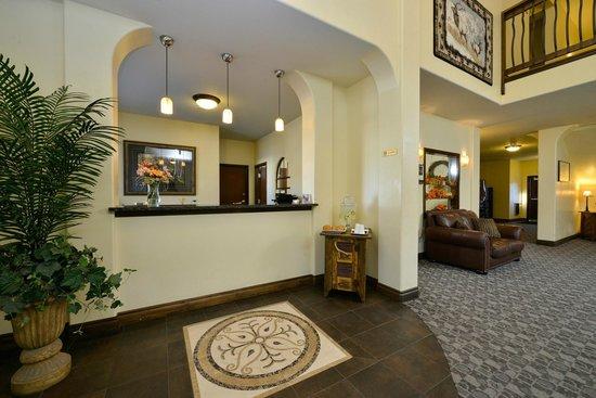Blue Spruce Inn: Front Desk and Lobby