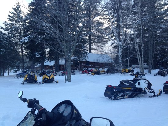Lake Parlin Lodge & Cabins : Snowmobiles around dinner time outside Lake Parlin Lodge