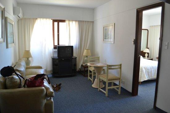 Iberia Hotel Punta del Este: Sala com porta para o quarto