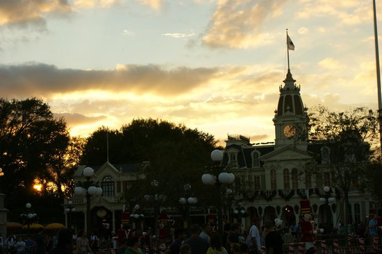 Tony's Town Square Restaurant: Sunset view from outside seating