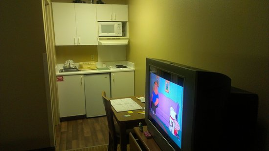 Crossland Economy Studios - Shreveport - Bossier City : Clean kitchenette with all you need for cooking.