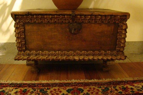 Inkaterra La Casona: Antique chest in bathroom