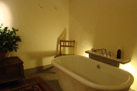 Inkaterra La Casona: Bathroom - tub and antique chair