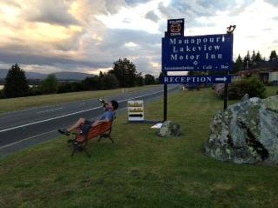 Manapouri Lakeview Motor Inn: Chillin' before dinner