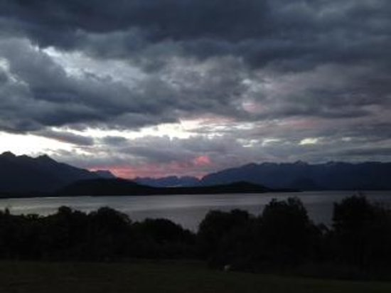 Manapouri Lakeview Motor Inn : Sunset at the Lakeview Motor Inn
