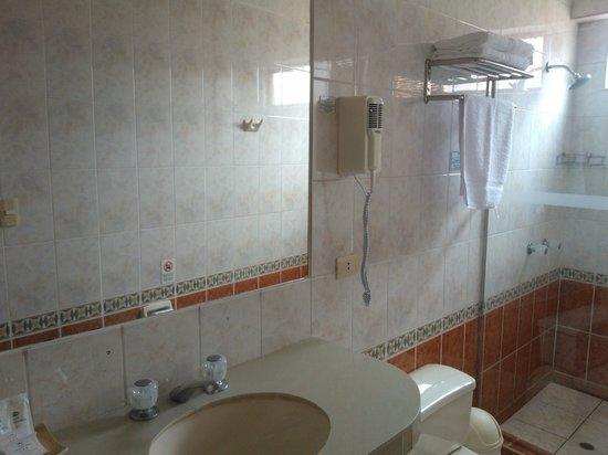 Emperador Plaza Hotel: el baño