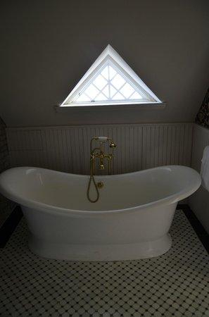 Williams Cottage Inn: Slipper tub