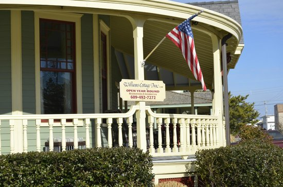 Williams Cottage Inn : Part of the Wrap around deck