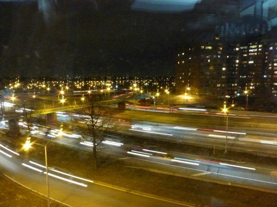 Holiday Inn Express LaGuardia Airport: Looking at the highway from 6th floor room