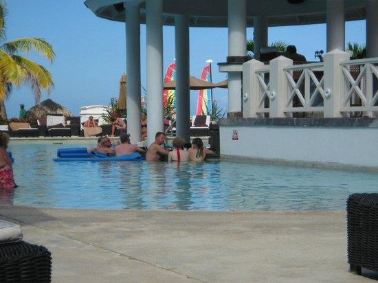 Secrets St. James Montego Bay : swim up bar-- pool not heated