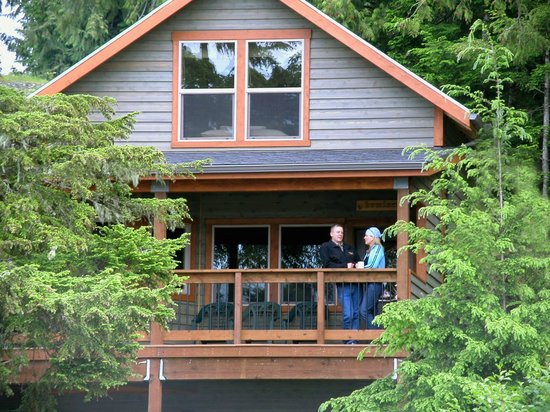 Chinook Shores Lodge: Covered Decks with Gas BBQ's