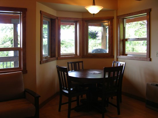 Chinook Shores Lodge: Dining
