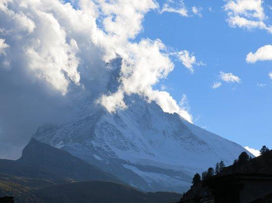 Matterhorn: Vista da ponte, no centro de Zermatt, ao final da tarde.