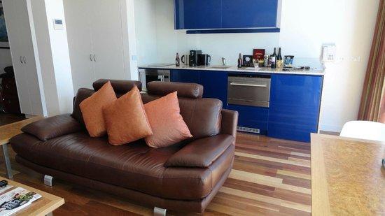 Salamanca Wharf Hotel: Living area and kitchenette