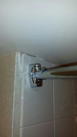 Hilton Madison Monona Terrace: Broken shower tile.