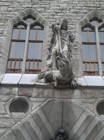 Casa Botines: Figura que se encuentra sobre la puerta principal.