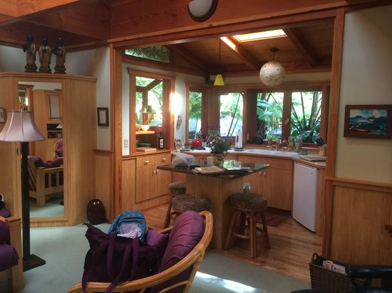 Volcano Rainforest Retreat: Bamboo Guest Cottage kitchen