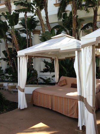 The Waterfront Beach Resort, A Hilton Hotel : Pool cabana