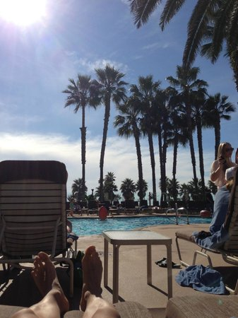 The Waterfront Beach Resort, A Hilton Hotel: Great day to hang out at the pool