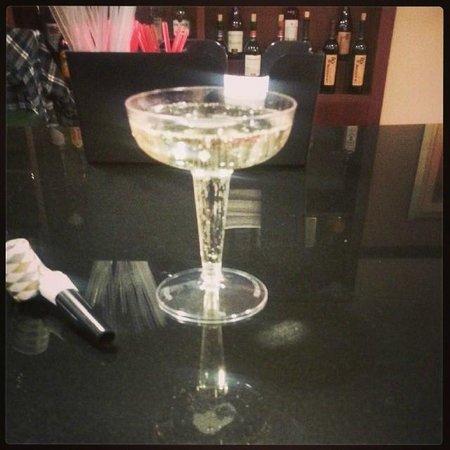 كورت يارد بينساكولا داون تاون: The bar at the hotel. Free champagne on New Year's Eve!