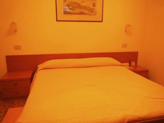 Hotel Santa Lucia: Bed