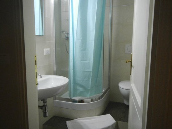 Sink, raised shower stall, toilet - Picture of Soggiorno Laura ...