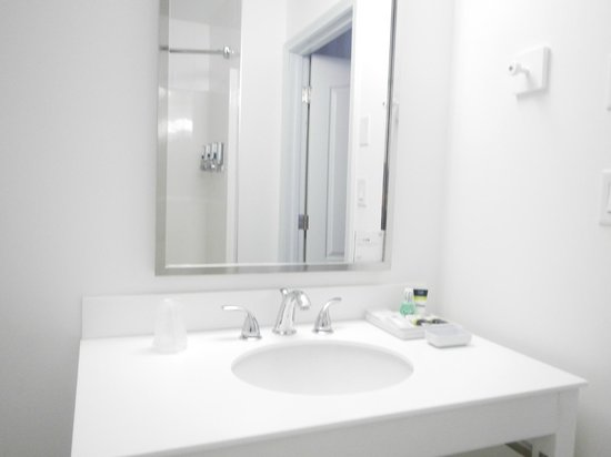 Four Points by Sheraton Prince George: Mirror and sink
