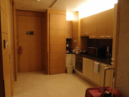 Yeouido Park Centre, Seoul - Marriott Executive Apartments: The kitchen area which includes washing machine with dryer