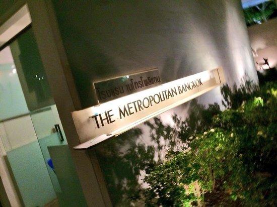 COMO Metropolitan Bangkok: Hotel signage