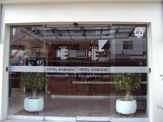 Embassy Hotel: entrada a el hotel