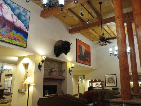 Homewood Suites Santa Fe: huge vaulted ceiling in dining area, grat art on wall