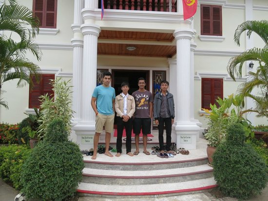 Phone Praseuth Guesthouse : Happy snap with staff