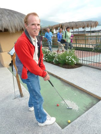 Hosteria Cabanas del Lago: Mini golf at Bunny World!