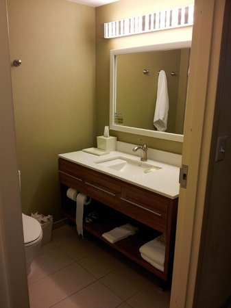 Home2 Suites by Hilton Baltimore / White Marsh : Nice shelf and drawer space, something normally missing in bathrooms