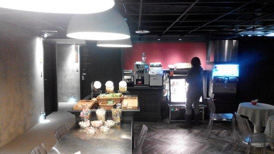 Via Hotel Loft: Free snack and coffee