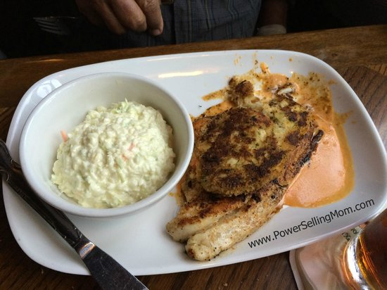 Harry's Seafood Bar and Grille: Fish and coleslaw