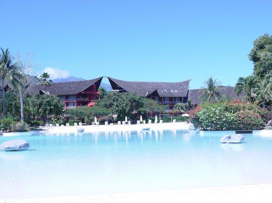 Le Meridien Tahiti: their really clean, sand floor pool