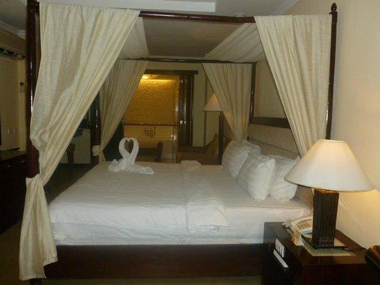 Boracay Mandarin Island Hotel: Deluxe poolside room.