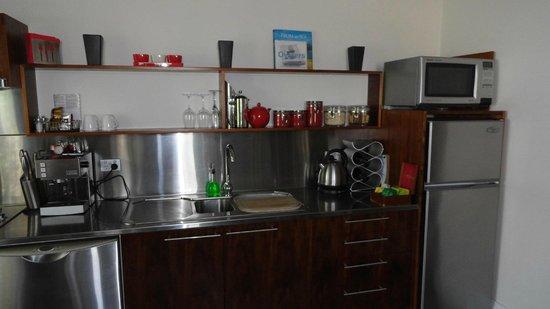 TWOFOURTWO Boutique Apartments: Kitchen