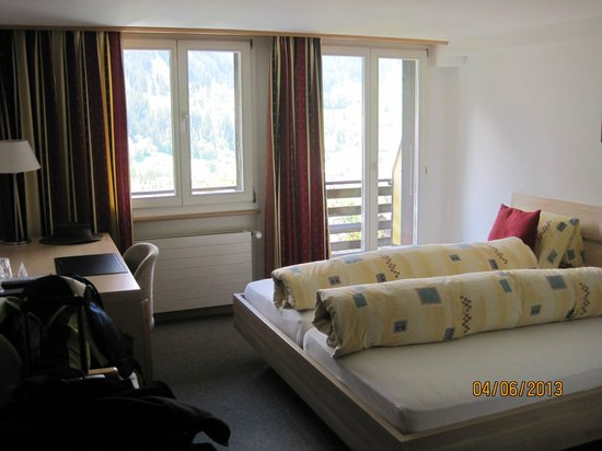 โรงแรมชุกเกน: Bedroom with doors leading out to balcony