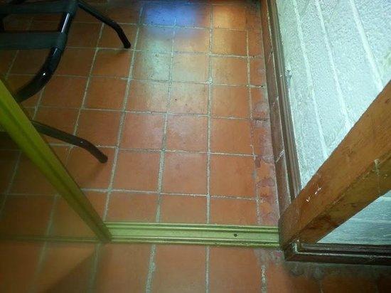 Americas Best Value Inn - Posada El Rey Sol: Filthy floor