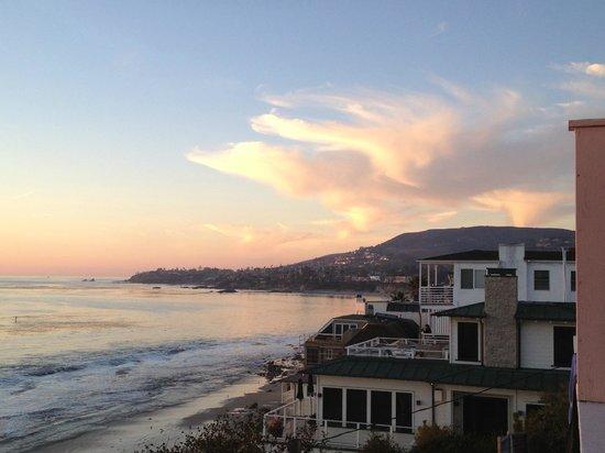 Laguna Riviera Beach Resort: Looking north at dusk
