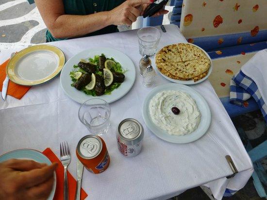 Opa Taverna : Tzatziki and stuffed grape leaves